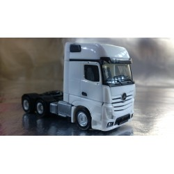* Herpa Trucks 305167-002  Mercedes-Benz Actros Gigaspace 6x4 rigid tractor, white